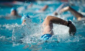 在水中折腾的游泳人物摄影高清图片