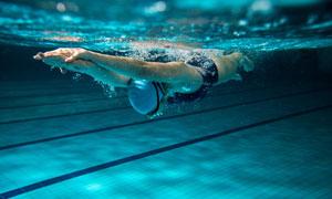 入水后的游泳人物水下摄影高清图片
