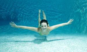 在水中张开双臂的美女摄影高清图片