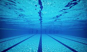 湛蓝颜色的游泳池水下摄影高清图片