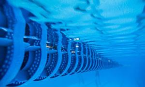 游泳池中的泳道线特写摄影高清图片