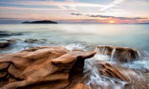 海边美丽的礁石和海浪摄影图片