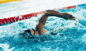 手臂带着水花往前游的男子高清图片