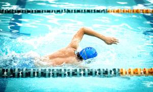 室内泳池中的游泳男子摄影高清图片