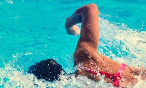 游泳女子人物近景特写摄影高清图片