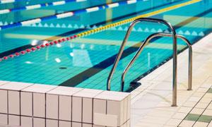 清澈平静的室内游泳池摄影高清图片
