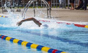 泳池中挥动手臂的游泳男子高清图片