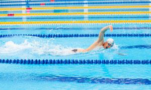 正处于领先位置的游泳男子高清图片
