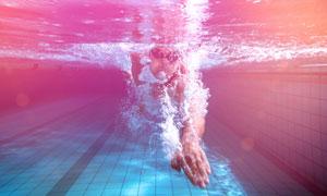 戴泳镜入水的游泳人物摄影高清图片