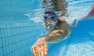 水下视角游泳人物特写摄影高清图片