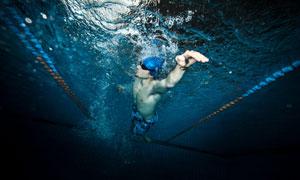 泳池中的游泳男子水下摄影高清图片