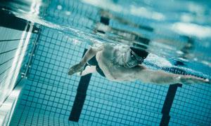 在游泳池用畅游的男子摄影高清图片