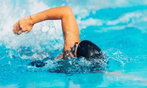带动水花的自由泳人物摄影高清图片