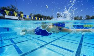 露天泳池中游泳的女子摄影高清图片