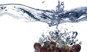 落入水中的葡萄串特写摄影高清图片