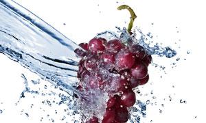 水流冲刷下的红色葡萄摄影高清图片