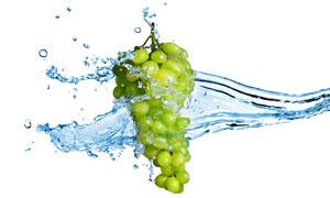 水流包裹着的一串葡萄摄影高清图片