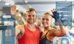 挥手打招呼的健身男女摄影高清图片