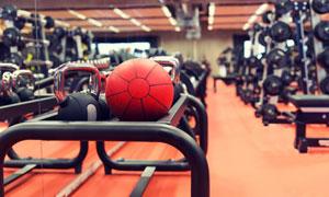 健身房种类繁多的器械摄影高清图片