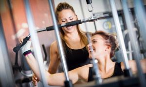坐姿下拉动作健身美女摄影高清图片
