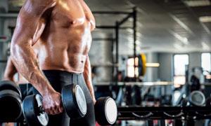 提哑铃的肌肉猛男特写摄影高清图片