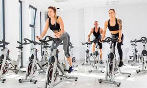 单车教室里的健身男女摄影高清图片