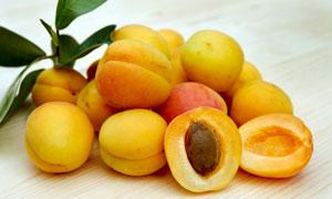 放在桌面上的一堆黄桃摄影高清图片