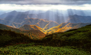 阳光洒落到山间的自然风光高清图片