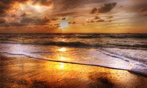 黄昏冲刷着沙滩的海水摄影高清图片