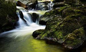 瀑布与长满青苔的山石摄影高清图片