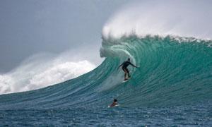 大海波浪上冲浪的男人摄影高清图片