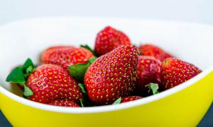放碗里的新鲜草莓特写摄影高清图片