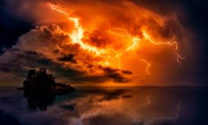 平静海面与天边的闪电摄影高清图片