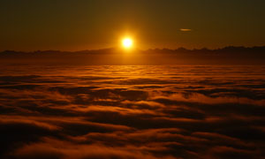 夕阳照耀下的云海风光摄影高清图片