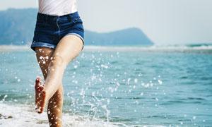 海边沙滩上戏水的美女摄影高清图片
