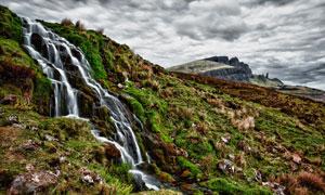 从山坡上流下来的瀑布摄影高清图片