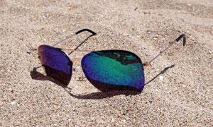 沙滩上的墨镜近景特写摄影高清图片
