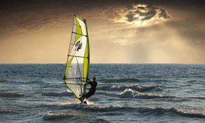 无边际的海上帆船运动人物高清图片