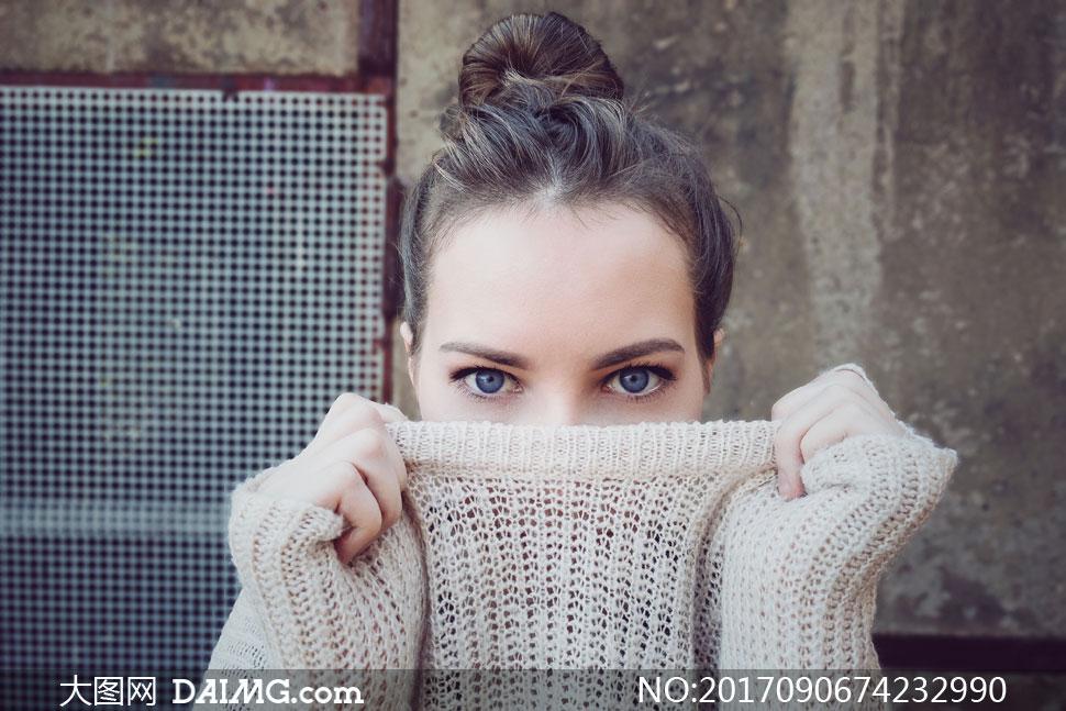 扯着毛衣遮住脸的美女摄影高清图片