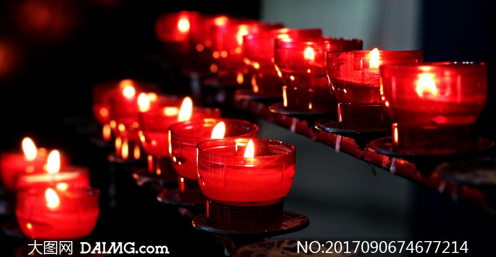 燃烧着的红色蜡烛特写摄影高清图片