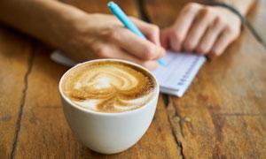 一杯拉花咖啡近景特写摄影高清图片