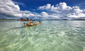 白云与水面的一只小船摄影高清图片