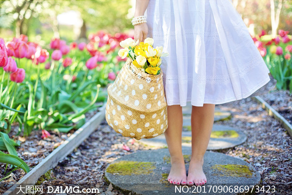 光着脚的白裙美女人物摄影高清图片