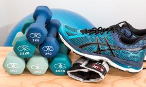 运动鞋与摆放整齐的哑铃等高清图片