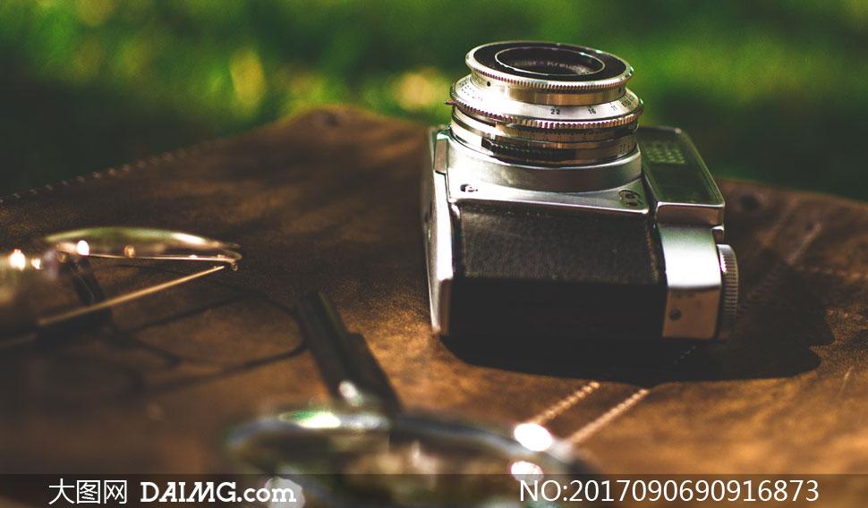 眼镜与一台老式照相机摄影高清图片