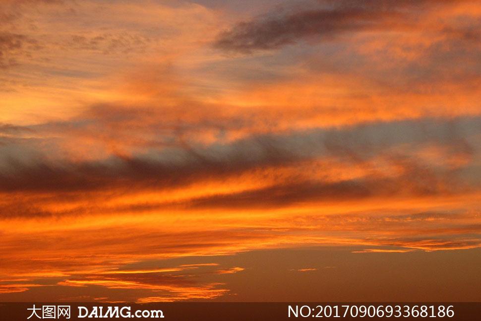 被霞光染红的云彩风景摄影高清图片