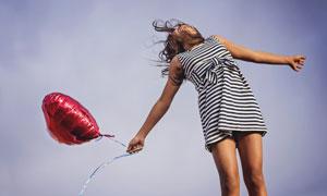 手扯着气球的黑白条纹裙子美女图片