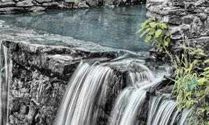 陡峭崖壁上的瀑布风景摄影高清图片