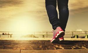 脚穿运动鞋的人物局部摄影高清图片
