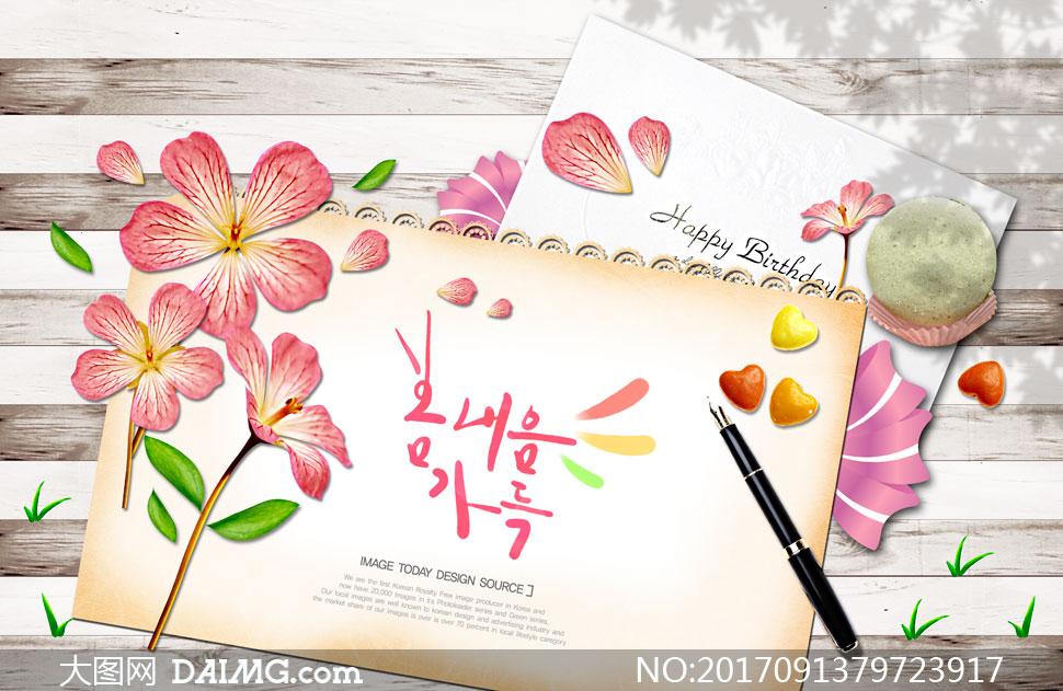 木板上花朵卡片与钢笔创意分层素材